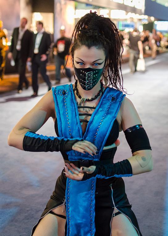 Mortal-Kombat-Subzero-girl-cosplay