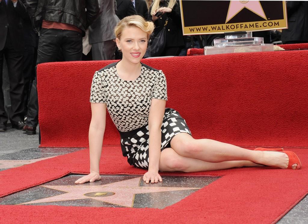 Scarlett-posed-her-brand-new-star-Hollywood-Walk-Fame