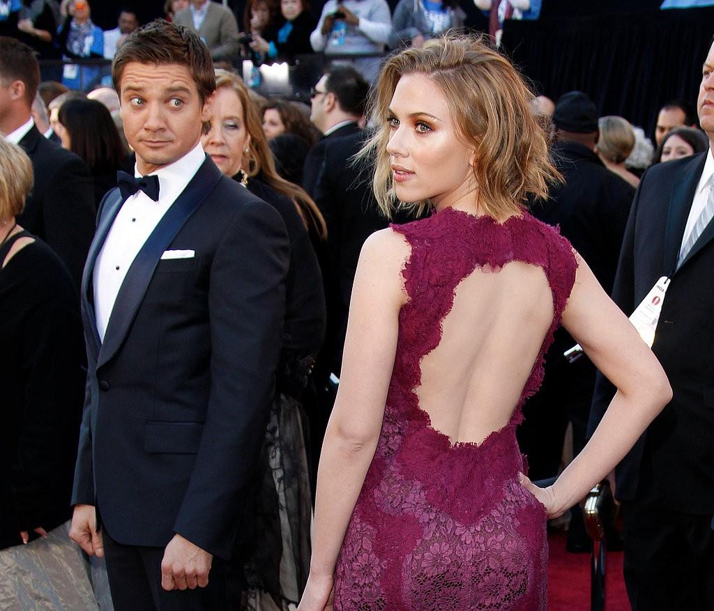 Scarlett-posed-red-carpet-2011-Oscars-while-dazed