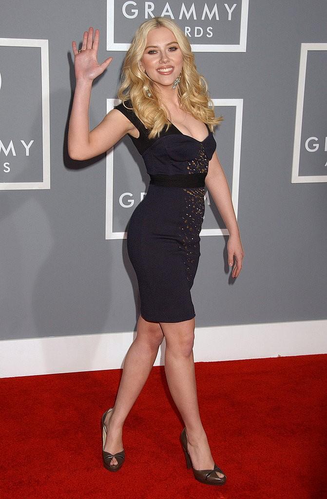 Scarlett-sent-out-wave-curve-hugging-dress-Grammys